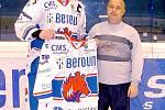 Stý divák obdržel hokejový dres podepsaný od hráčů