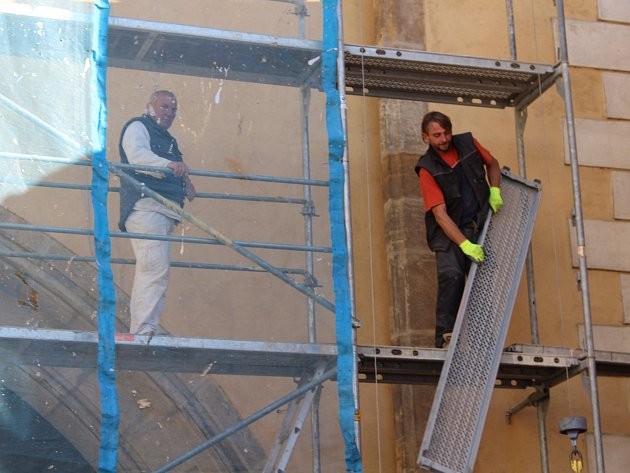 Kolem Plzeňské brány v Berouně je už několik týdnů lešení. Opravuje se její fasáda.
