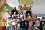 Mateřská škola Marina v králodvorském Levíně: ředitelka Kateřina Aschermannová, děti a učitelky Ladislava Pavlicová a Alena Kouglová.