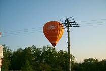 Balon si klestil cestu mezi vršky stromů
