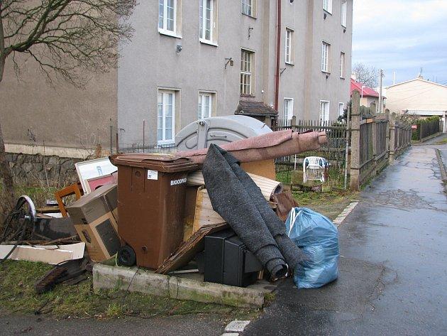 Lidé hromadí odpad v ulicích Berouna