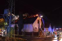 Při požáru rodinného domu zemřela žena.