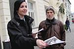 Policisté rozdávají zákazníkům obchodů informační letáky.