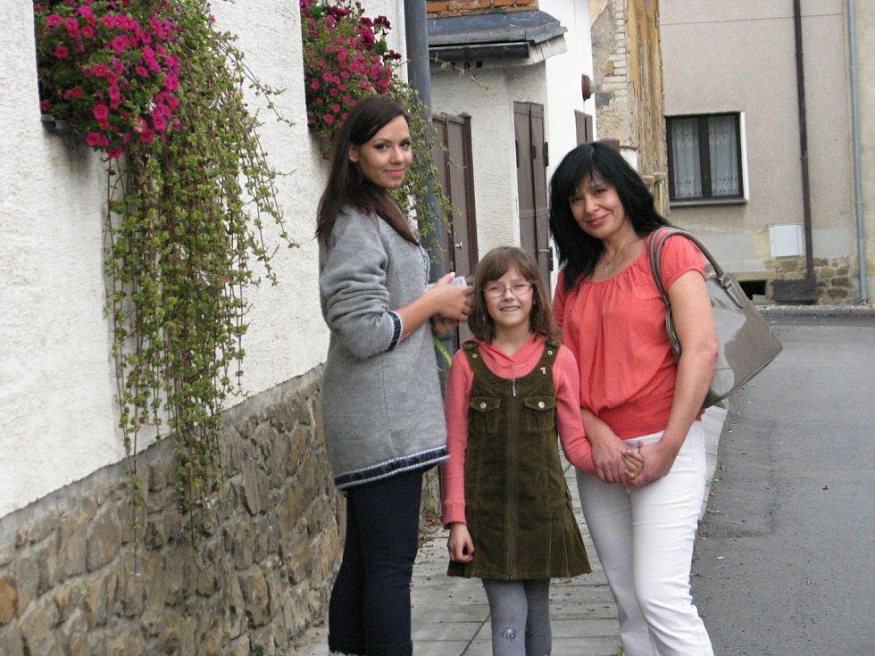 Manželka Richarda Dolejše s dcerami si zkrátila čekání na výsledky voleb procházkou po Zdicích.