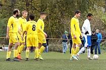 Spoluhráči gratulují chyňavskému Jaromíru Hebedovi po proměněné penaltě, kterou vyrovnal v Hořovicích na 1:1. Jeho tým ale odešel poražen 1:3.