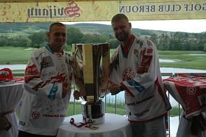 S mistrovským pohárem a útočníkem Ocelářů se jeho blízcí a fanoušci rádi vyfotili.
