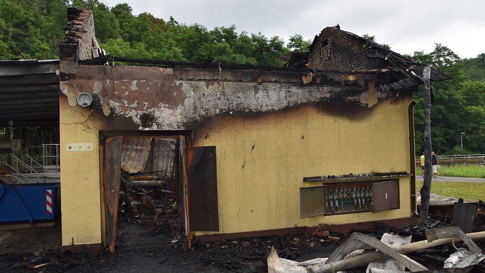 Z požáru technologického domku v areálu berounské čistírny odpadních vod 18. července 2021.