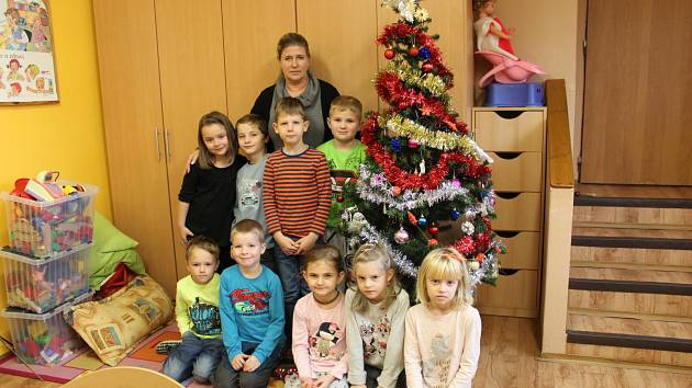 Prvňáčci ze ZŠ a MŠ Vráž pod vedením třídní učitelky Hany Laňové.