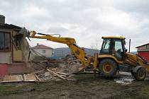 Na Felbabce se bourá stará budova u fotbalového hřiště. Na jejím místě vyroste multifunkční dům.
