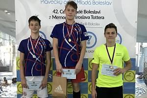 Berounští plavci na stupních vítěů závodu 100 metrů motýlek: 1.Jan Valečka, 2. Štěpán Palata.