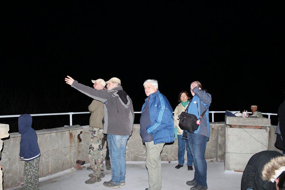 Každým rokem v první jarní sobotní noc se na vrcholech významných kopců rozzáří světla. Lidé napříč republikou se spojují pomocí světelného signálu, který se vysílá z jednoho stanoviště na druhé po dohodnutých trasách napříč krajinou.