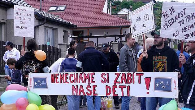 Demonstrace v ulici Na Veselou