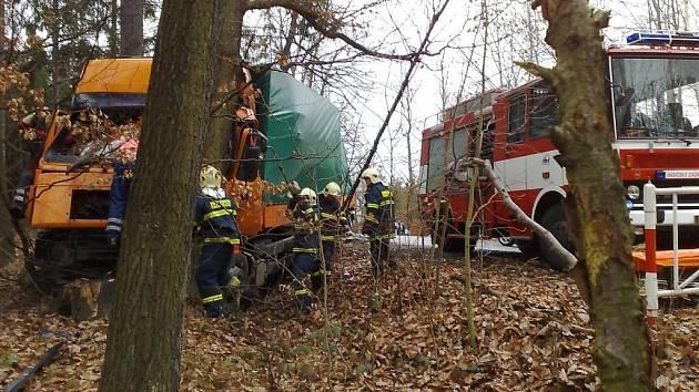 Při dopravní nehodě se srazila dvě osobní auta a náklaďák