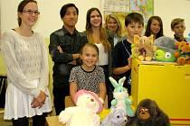 PLYŠOVÉ hračky sbírali žáci berounské Jungmannovy základní školy pro děti z Filipín.  Školáci na druhém konci světa je dostanou jako vánoční dárek.