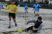 Hořovičtí ligoví žáci (v modrých dresech) zdolali na svém hřišti Hradec Králové 2:0