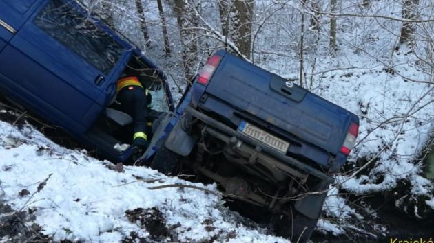 Střet dvou vozidel na zledovatělé vozovce u obce Úhonice.