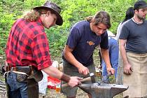 Letošní Svinařské řetězení opět nabídlo návštěvníkům bohatý program výstav i ukázek práce kovářů.