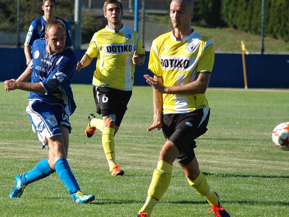 Králův Dvůr (v modrém) doma ztratil s Domažlicemi vedení 2:0 a podlehl 2:4. Útočí Veinlich
