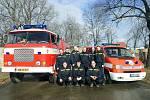 Dobrovolní hasiči z Vysokého Újezdu se svými vozy.