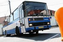 Dopravu v zatáčce u nájezdu na dálnici D5 v Berouně ve směru na Prahu zkomplikovala včera kolem osmé hodiny ráno nehoda nákladního automobilu. - Ilustrační foto.