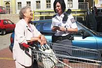 Policistka ženě vysvětluje, jak je nebezpečné nechávat kabelku v nákupním košíku