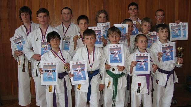 Karatisté Ippon  klubu Shotokan vybojovali na druhém kole Pražském poháru celkem dvacet cenných kovů: Jednu zlatou, čtyři stříbrné a patnáct bornzových.