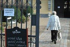 Na některé voliče musel počkat venku pejsek, jiní se zase prohlédli i dostupné prostory zámku.