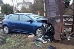 Řidička v osobním voze vyjela v Černošicích ze silnice a narazila do sloupu trakčního vedení.