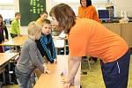 Záchranářky učí děti resuscitovat pomocí známé písničky.