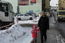 Parkoviště v Pražské ulici se brzy začalo plnit vozy.