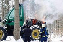 Z hořícího stroje unikla do půdy nafta