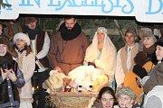 Jubilejní ročník Živého betléma v Otročiněvsi veřejnosti představil Ježíšky, kteří ulehli do kolébky v jesličkách za posledních dvacet let.
