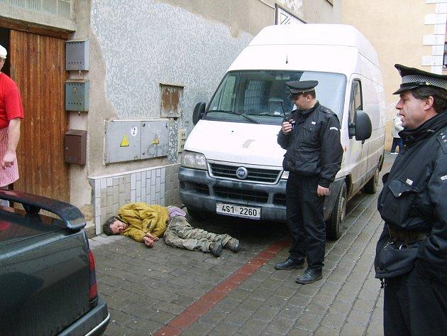 V berounské ulici se povaloval vysvlečený bezdomovec