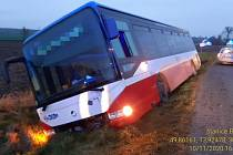 Hasiči pomáhali cestujícím z nebezpečně nakloněného autobusu.