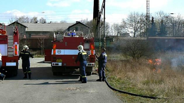 Profesionální hasiči z berounské a hořovické stanice mají v těchto dnech plné ruce práce. Nejčastěji vyjíždějí k požárům lesního a travního porostu.  V teplém počasí se oheň rychle šíří.