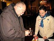 Betlémské světlo si lidé odnesli i z hostomického kostela