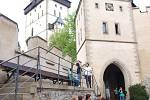 Každý den míří na hrad Karlštejn Češi i cizinci. Druhý prohlídkový okruh je jenom na objednání.