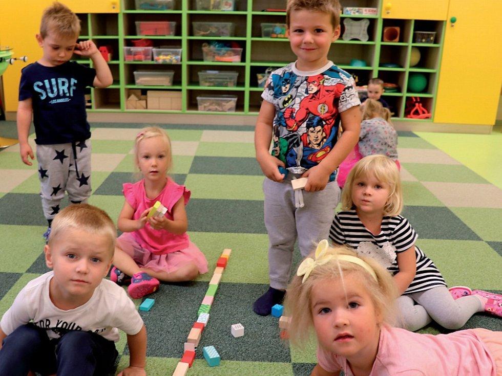 Děti v mateřské školce v králodvorských Počaplech.