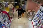 Zloděje zachytily při krádeži bezpečnostní kamery.
