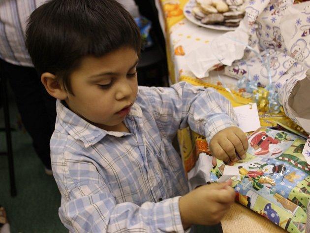 Děti z berounského azylového domu si pod stromečkem rozbalily dárky od štědrých čtenářů Berounského deníku.