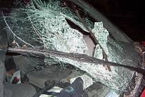 Řidič hlavou rozbil čelní sklo vozu