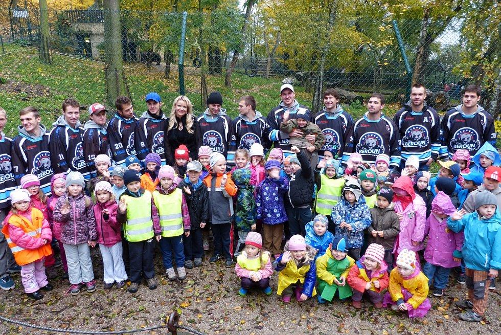 Děti z berounských mateřinek s berounskými hokejisty.