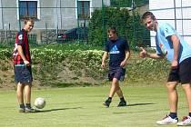 """NA HŘIŠTI. Někteří kluci jsou zvyklí chodit na hřiště """"Na Vorlu"""", kde hrají fotbal, každou volnou chvíli. Brány jim proto velmi chybí."""