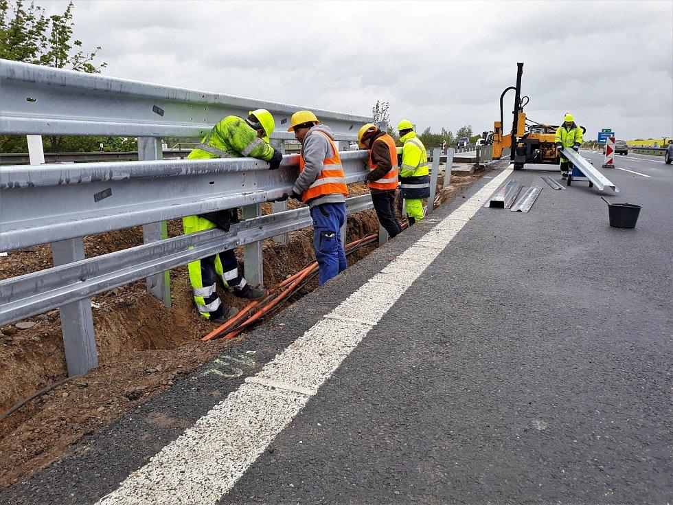 Modernizace středových svodidel na dálnici D5.