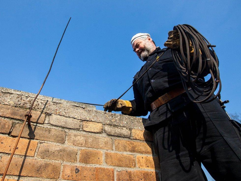 K povinným kontrolám komínů na začátku letošního roku přibyly i kontroly kotlů.