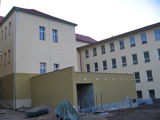 Renovací se stala budova Základní školy Pavla Lisého v Hostomicích dominantou města