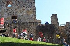 Krásné počasí a tradiční akce k zahájení nové sezony přilákala v sobotu na hrad Točník stovky lidí.