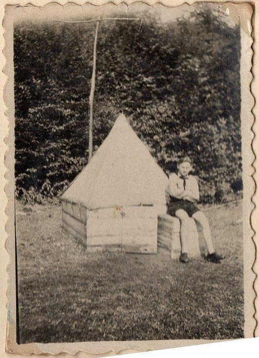 Junák Komárov (1945 - 1948). Skautský tábor u Podmokelského mlýna (1946), na fotografii Zdirad Mraček u svého stanu Punťa.