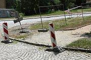 Dopravní značení u rekonstruovaného chodníku v Berouně – směrové tabule.