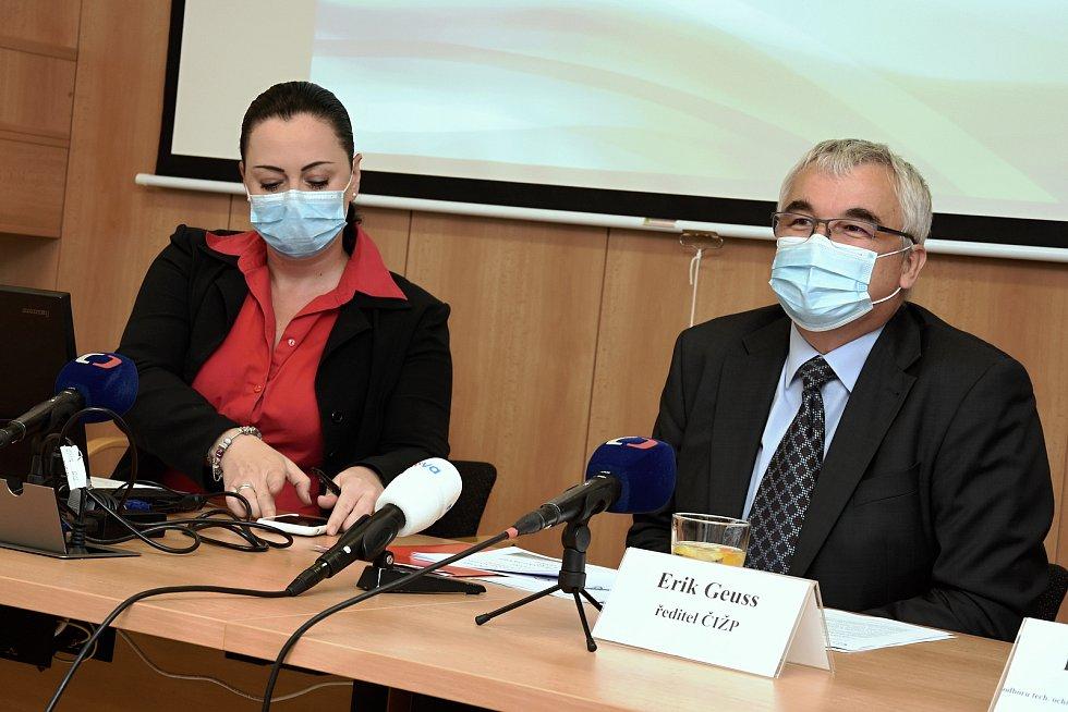 Na snímku zleva: mluvčí Radka Nastoupilová a ředitel České inspekce životního prostředí Erik Geuss